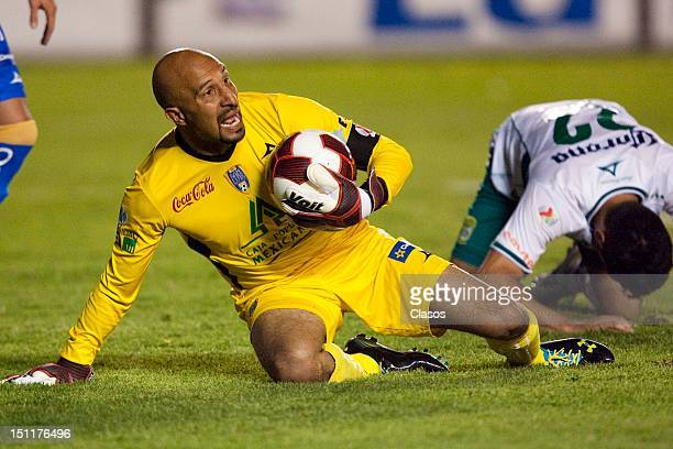 Oscar Perez of San Luis in action during a match between San Luis and Leon as part of the Torneo Apertura 2012 at Alfonso Lastras Stadium on 1...