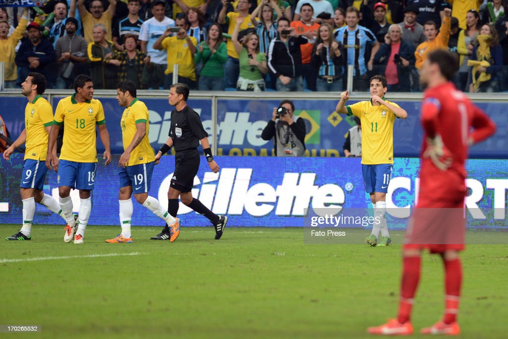 Oscar, player of Brasil celebrates a scored goal during the friendly match between Brasil and France on June 09, 2013 in Porto Alegre, Brasil