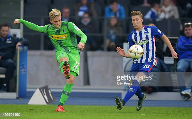 Oscar Wendt of Borussia Moenchengladbach and Mitchell Weiser of Hertha BSC during the game between Hertha BSC and Borussia Moenchengladbach on...