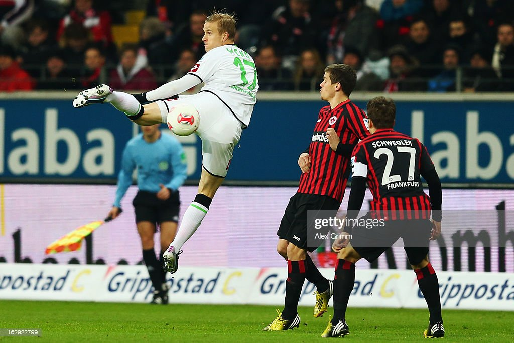 Oscar Wendt of Moenchengladbach is challenged by <a gi-track='captionPersonalityLinkClicked' href=/galleries/search?phrase=Sebastian+Jung&family=editorial&specificpeople=4645123 ng-click='$event.stopPropagation()'>Sebastian Jung</a> and <a gi-track='captionPersonalityLinkClicked' href=/galleries/search?phrase=Pirmin+Schwegler&family=editorial&specificpeople=604263 ng-click='$event.stopPropagation()'>Pirmin Schwegler</a> (L-R) of Frankfurt during the Bundesliga match between Eintracht Frankfurt and Borussia Moenchengladbach at Commerzbank-Arena on March 1, 2013 in Frankfurt am Main, Germany.
