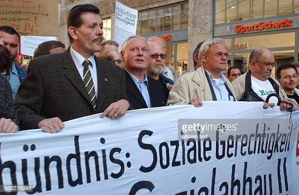 Oskar Lafontaine an vorderster Front mit den Demonstranten auf der Leipziger Montagsdemonstration gegen die geplante Arbeitsmarktreform Hartz IV