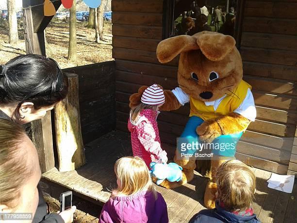 Osterhase 'Hanni Hase' mit Kindern Am Waldrand Ostereistedt Niedersachsen Deutschland Europa Ostern Kostüm Wald Bäume Reise