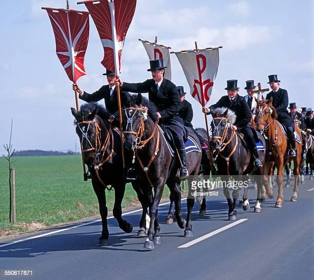 Osterreiter auf festlich geschmueckten Pferden umreiten am Ostersonntag Kirche und aufgehende Saaten ein jahrhundertealter religioeser Brauch der...