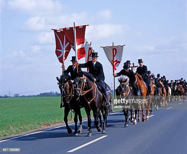 Osterreiter auf festlich geschmueckten Pferden umreiten am Ostersonntag singend Kirche und aufgehende Saaten ein jahrhundertealter religioeser Brauch...