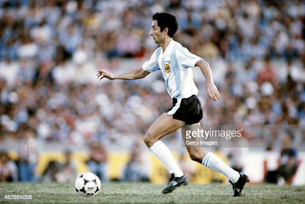 Osvaldo Ardiles of Argentina in action during the Copa De Oro match between Argentina and Brazil on January 4 1981 in Montevideo Uruguay