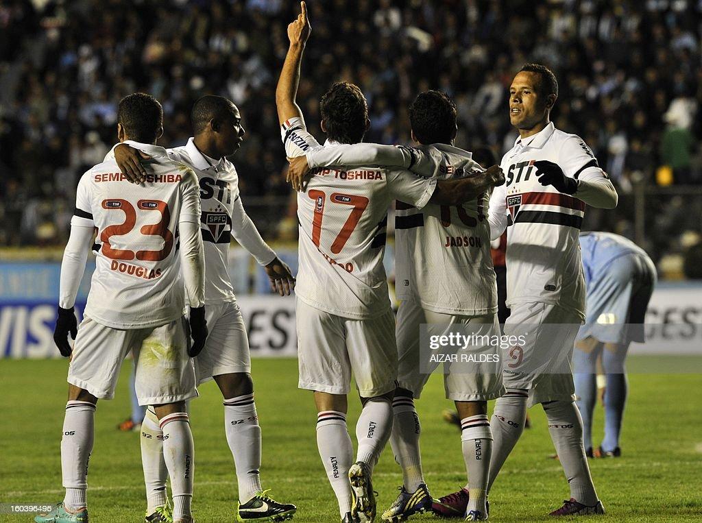 Osvaldo (C) of Brazil's Sao Paulo celebrates after scoring against Bolivia's Bolivar during their Copa Libertadores match at Hernando Siles stadium in La Paz, Bolivia, on January 30, 2013. AFP PHOTO/Aizar Raldes