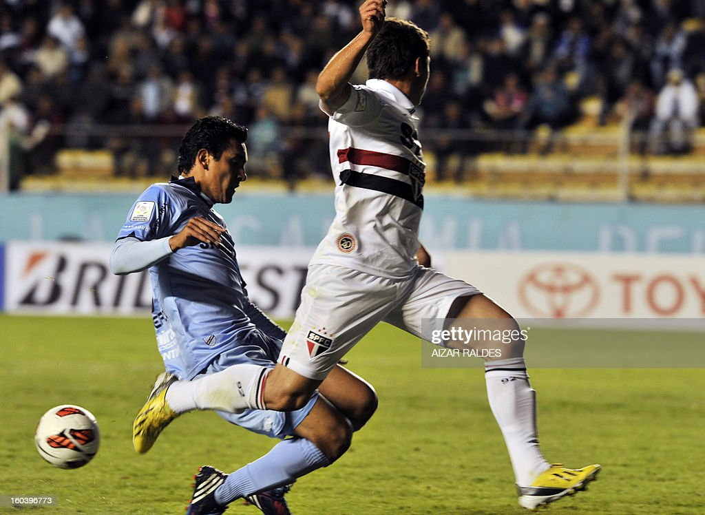 Osvaldo (R) ) of Brazil's Sao Paulo, vies for the ball with Gabriel Valverde (L) of Bolivia's Bolivar, during their Copa Libertadores football match at Hernando Siles stadium in La Paz, Bolivia, on January 30, 2013. AFP PHOTO/Aizar Raldes