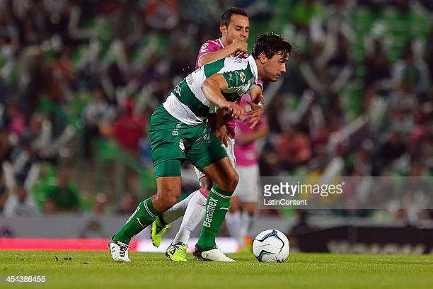 Oswaldo Alanis of Santos competes for the ball during the leg 2 of a Semifinal match between Santos Laguna and Leon as part of the Playoffs Apertura...