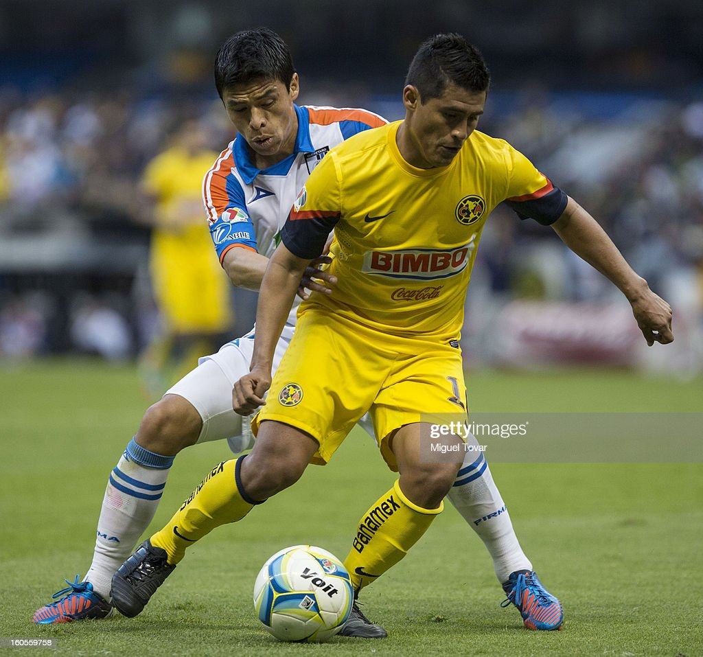 Oswaldo Martinez of America fights for the ball with Gonzalo Pineda of Queretaro during a Clausura 2013 Liga MX match at Azteca Stadium on February 02, 2013 in Mexico City, Mexico.