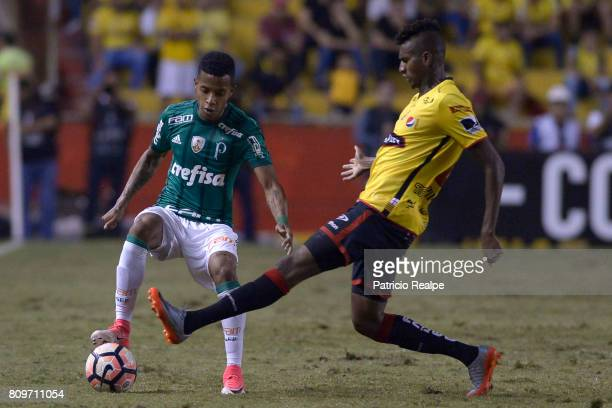 Oswaldo Minda of Barcelona fights for the ball with Tche Tche of Palmeiras during a first leg match between Barcelona SC and Palmeiras as part of...