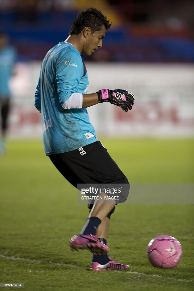 <a gi-track='captionPersonalityLinkClicked' href=/galleries/search?phrase=Oswaldo+Sanchez&family=editorial&specificpeople=213874 ng-click='$event.stopPropagation()'>Oswaldo Sanchez</a> of Santos warms up before a match between Atlante and Santos Laguna as part of the Apertura 2013 Liga MX at Olympic Stadium Andres Quintana Roo on October 26, 2013 in Cancun, Mexico.