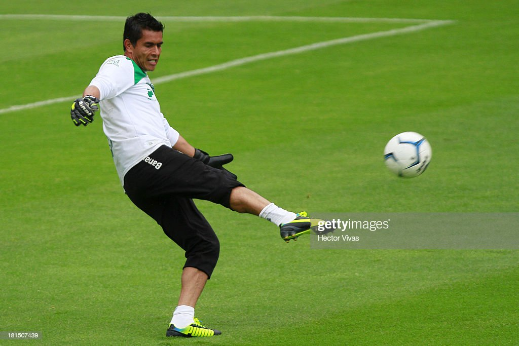 <a gi-track='captionPersonalityLinkClicked' href=/galleries/search?phrase=Oswaldo+Sanchez&family=editorial&specificpeople=213874 ng-click='$event.stopPropagation()'>Oswaldo Sanchez</a> of Santos warms up before a match between Pachuca and Santos as part of the Liga MX at Hidalgo stadium on September 21, 2013 in Pachuca, Mexico.