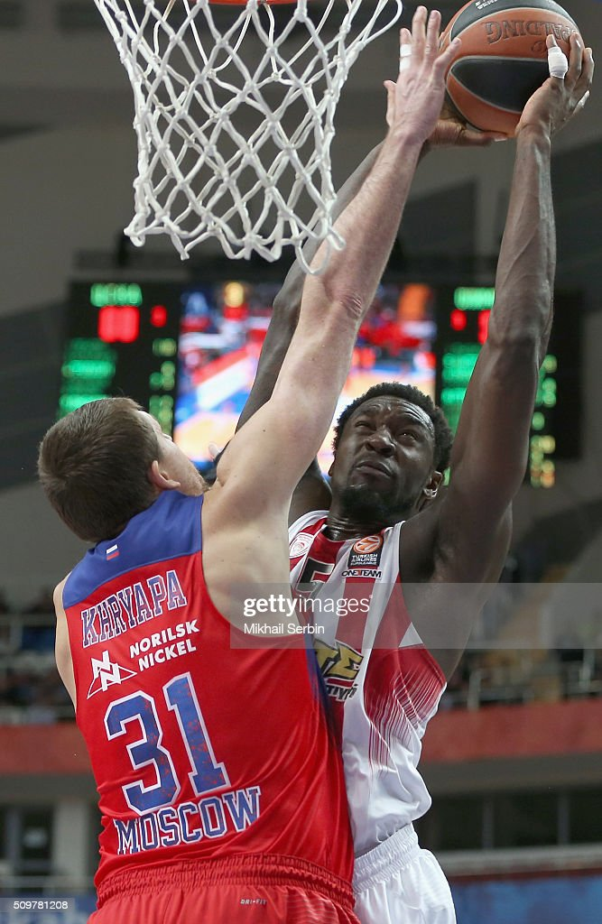 Othello Hunter #5 of Olympiacos Piraeus competes with Victor Khryapa #31 of CSKA Moscow in action during the Turkish Airlines Euroleague Basketball...