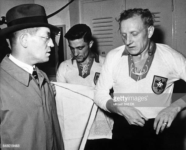 Otto Nerz*21101892Fußballspieler Fussballtrainer DReichstrainer 19261936 spricht in der Halbzeitpause eines Länderspiels mit dem Mannschaftskapitän...