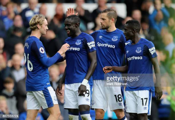 Oumar Niasse of Everton celebrates his side's 21 victory with his team mates Tom Davies Gylfi Sigurdsson and Idrissa Gueye in the Premier League...