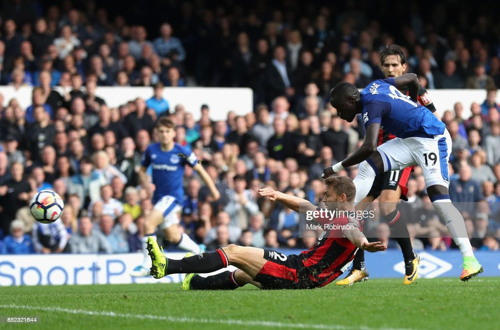 Oumar Niasse of Everton scores his side's first goal during the Premier League match between Everton and AFC Bournemouth at Goodison Park on September 23, 2017 in Liverpool, England.