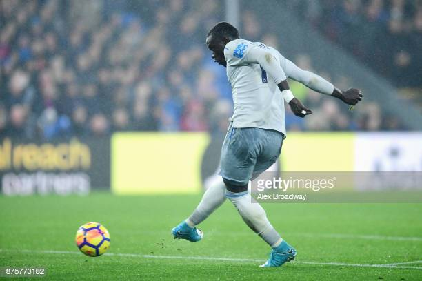 Oumar Niasse of Everton scores his side's second goal to make it 22 during the Premier League match between Crystal Palace and Everton at Selhurst...