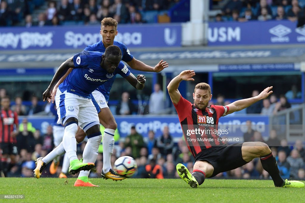 Oumar Niasse of Everton shoots to score his first goal during the Premier League match between Everton and AFC Bournemouth at Goodison Park on September 23, 2017 in Liverpool, England.