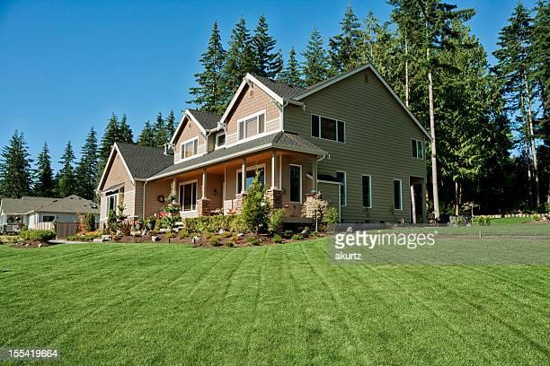 La casa con exuberantes verde hierba fresca de corte