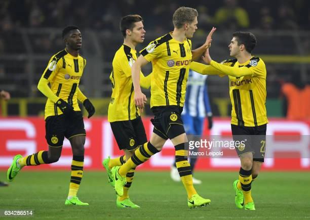 Ousmane Dembélé Julian Weigl Matthias Ginter and Christian Pulisic of Borussia Dortmund celebrate after scoring the 11 during the game between...