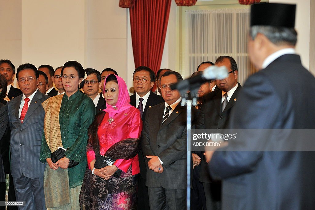 Outcoming Finance Minister Sri Mulyani Indrawati glances at Indonesian President Susilo Bambang Yudhoyono (R) during the swearing in ceremony at the presidential palace in Jakarta on May 20, 2010. Indonesia's new finance minister faces an uphill struggle to restore investor's confidence after the shock resignation of his respected predecessor, analysts said. President Susilo Bambang Yudhoyono appointed PT Bank Mandiri chief Agus Martowardojo late on May 19, to replace independent economist Sri Mulyani Indrawati, who resigned on May 4 for a top job at the World Bank.