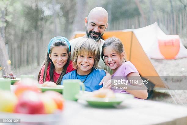 Petit-déjeuner au camp en plein air.