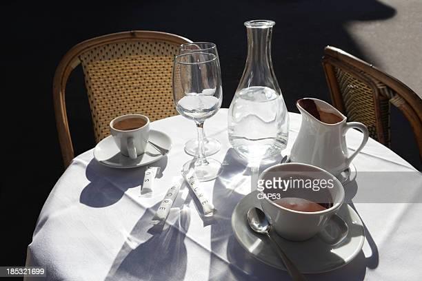 屋外のチョコレートとコーヒー、パリで