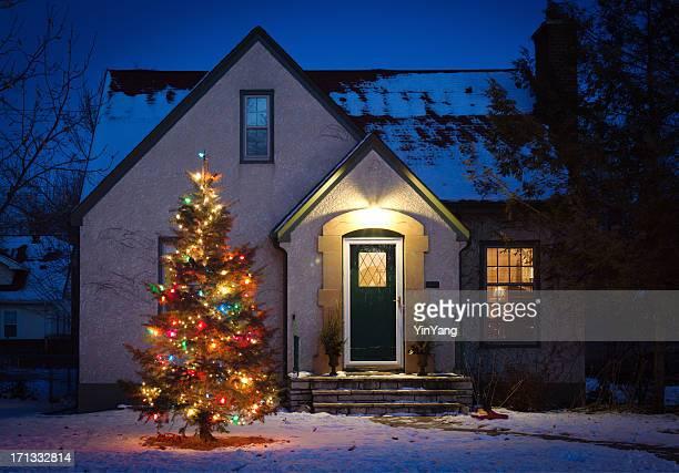 屋外クリスマスツリーの装飾と照明の前でのおくつろぎ