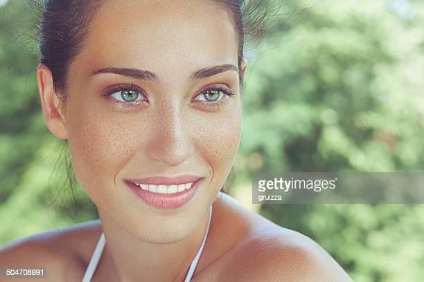 Extérieur, gros plan, portrait de la beauté d'une belle femme freckled