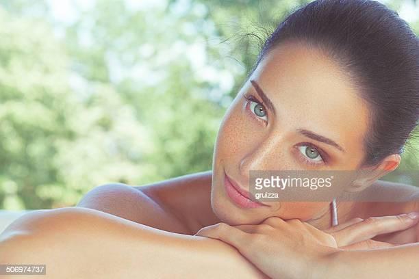 Ar livre, close-up, retrato da beleza de uma linda mulher freckled