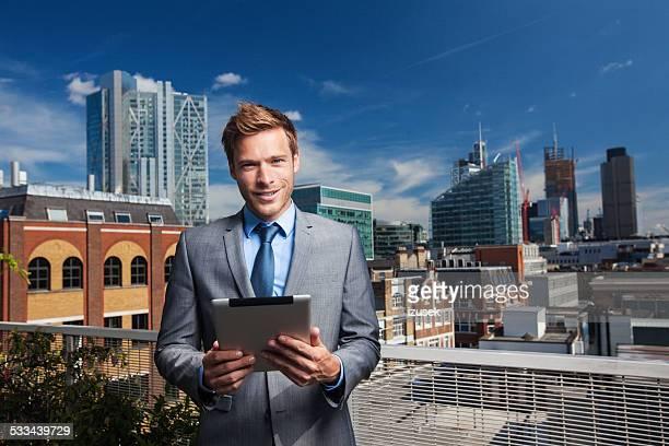 Freien Porträt der Geschäftsmann mit digital tablet