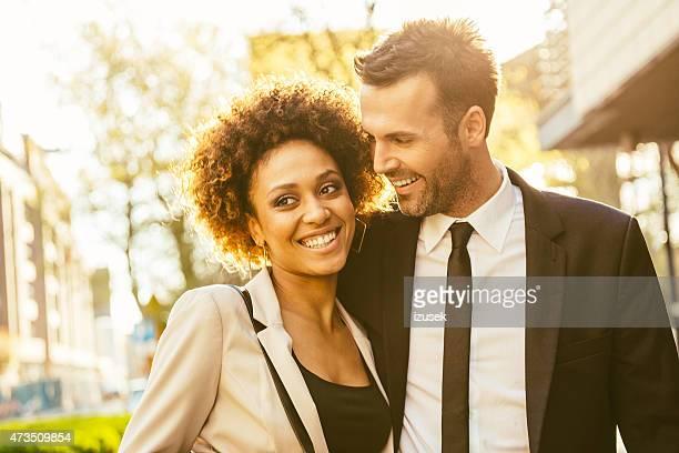 portrait en plein air de couple flirter élégant