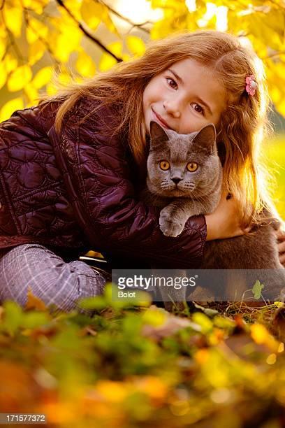 Outdoor Ritratto di bambina abbracciare il suo gatto