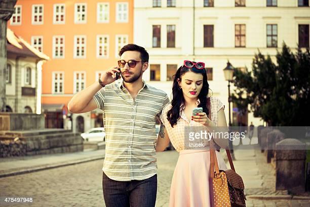Outdoor Ritratto di giovane Coppia in città utilizzando i telefoni fissi