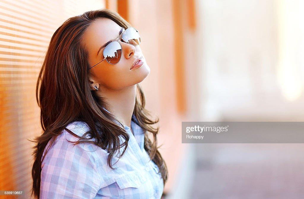 Retrato de praia bonita sensual mulher em Óculos de Sol : Foto de stock