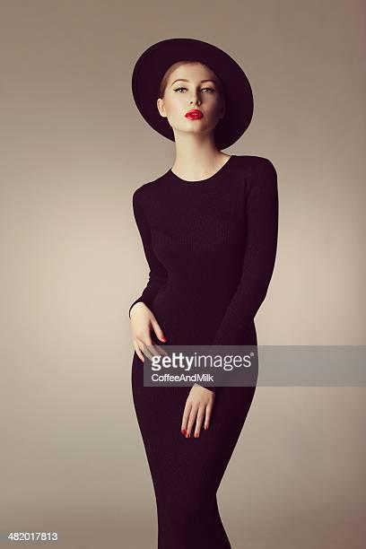 Vue extérieure de jeune Belle femme portant un chapeau rétro