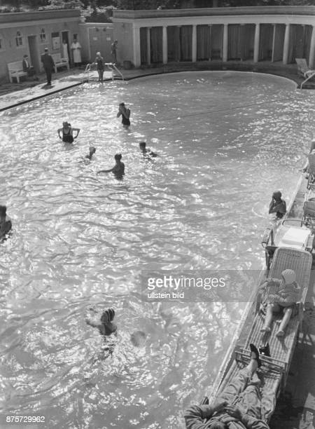 Outdoor thermal pool with bathing guests Wolff Tritschler Vintage property of ullstein bild
