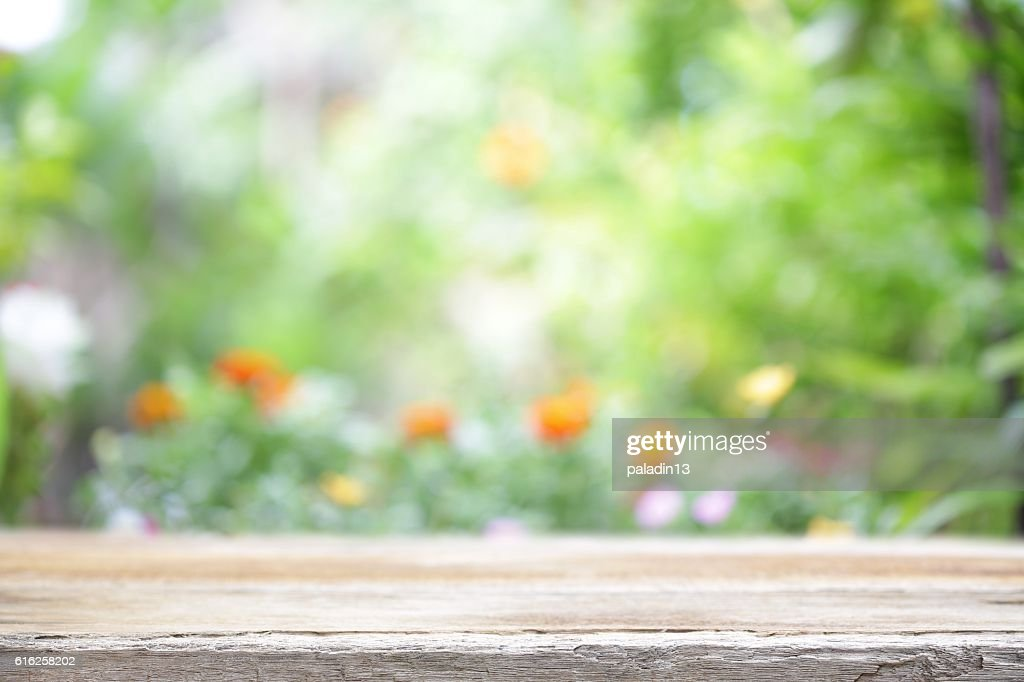 Mesa de madera al aire libre con vista : Foto de stock