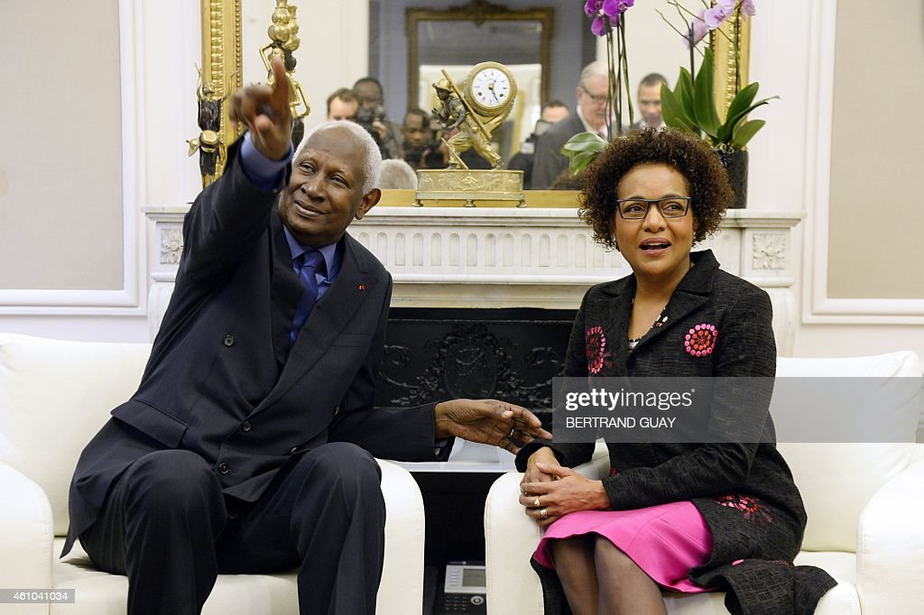 Outgoing General Secretary of the International Organisation of Francophonie (IOF) and former Senegalese president Abdou Diouf (L) poses with newly-appointed IOF General Secretary, Canadian Michaelle Jean, on January 5, 2015, at the IOF headquarters in Paris. AFP PHOTO / BERTRAND GUAY