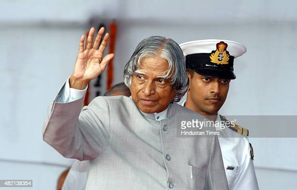 Outgoing President APJ Abdul Kalam waves to Rashtrapati Bhavan staff after a farewell on July 21 2007 in New Delhi India Avul Pakir Jainulabdeen...