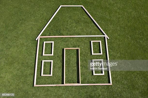 Sagoma di casa in erba