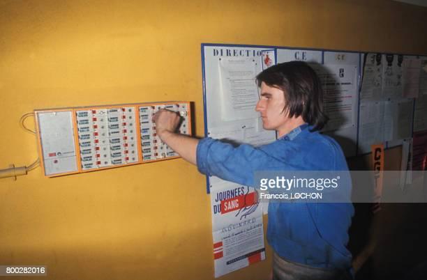 Ouvrier dans le local syndical de son entreprise en octobre 1976 en France