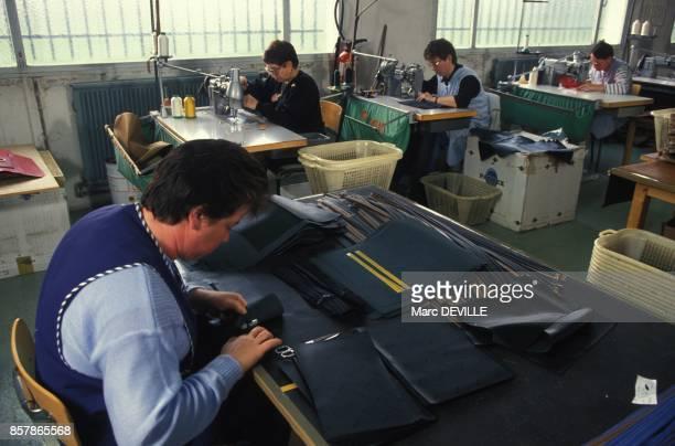 Ouvrieres procedant a la finition d'articles en cuir a l'usine Lancel le 5 novembre 1994 a Nesle France