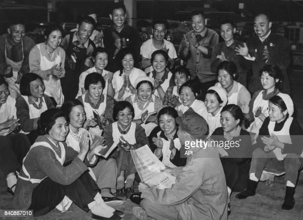 Ouvriers de l'usine de teinture de Pékin soutiennent la Révolution culturelle le 10 octobre 1967 Chine