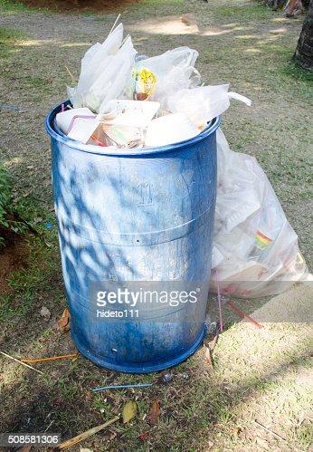 overflowing green garbage bin : Stockfoto
