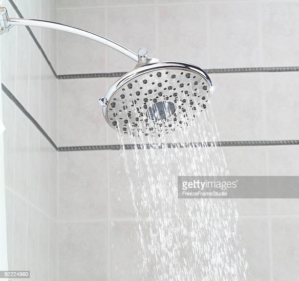 Eletricista precipitação showerhead instalado em Azulejo Chuveiro