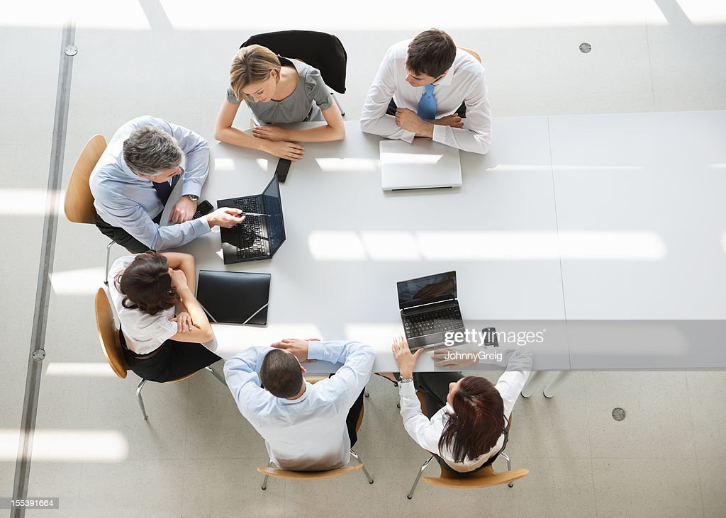 Overhead view of business people in a meeting : Stockfoto