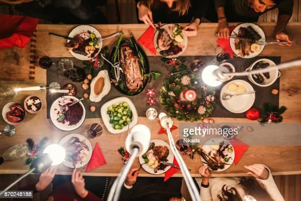 Vista aérea de amigos en la mesa durante la cena de Navidad