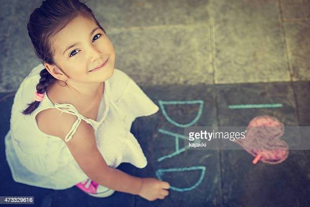 Vue aérienne de la jeune fille écrivant sur le trottoir