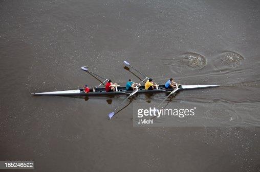 オーバヘッドの男性手漕ぎ、4 名様用のスカル。